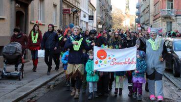 Umzug der Sonnenklecks-Kit-Kinder und Betreuerinnen und Eltern