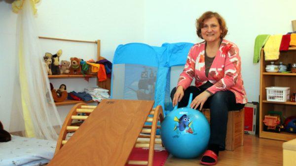 Eva Bollmann-Moser im großen Wohn- und Spielzimmer. Hier wird gesungen und gespielt