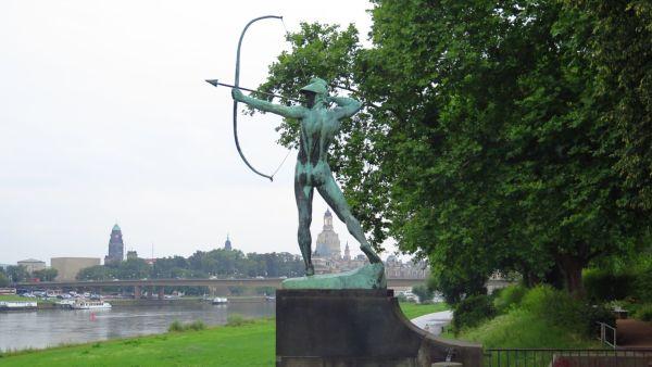 Das Elbufer der Neustadt beeindruckt mit Grünflächen und Bronzefiguren, die teilweise - wie hier der Bogenschütze von Ernst Moritz Geyger - als Denkmäler geschützt sind.