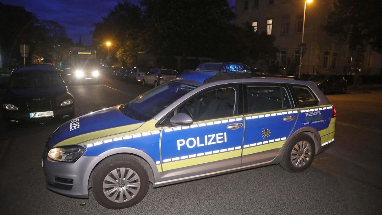 Die Polizei sperrte die Stetzscher Straße ab. Foto: Roland Halkasch