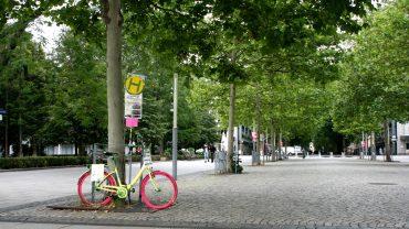 Das bunte Fahrrad schaut dem Treiben am Jorge-Gomondai-Platz zu.