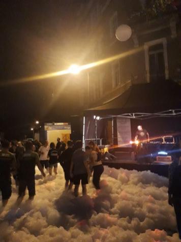 Die Hechtstraße stand am Freitagabend kurzerhand unter Schaum.