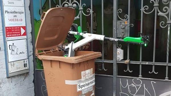 Das ist nicht die richtige Art, den Roller abzustellen. Foto: René Fischer