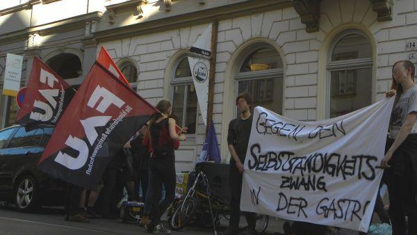 Demonstration vor dem Café - Foto: FAU