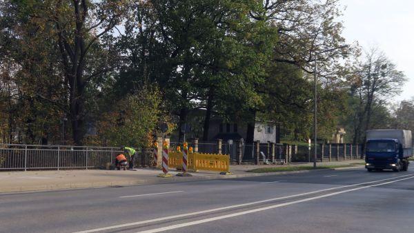 Bauarbeiten an den Betonstreifen der Brücke haben begonnen.
