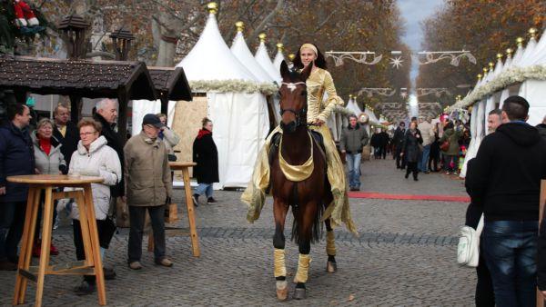 Wacker kämpft sich Fürst Flo durch die ersten Weihnachtsmarktbesucher.