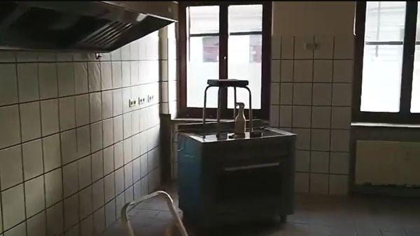 Auch die Küche ist noch nicht renoviert.