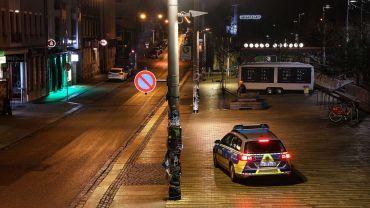 Scheune-Vorplatz in der Nacht zum Sonnabend. Die Polizei kontrolliert die Ausgangsbeschränkungen. Foto: Tino Plunert