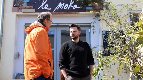 Vorm La Moka am Friederike-Beyer Weg mit Eduardo Palomba.