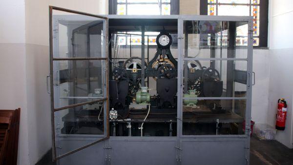 Das Uhrwerk mit den Elektromotoren, die ziehen die Gewichte nach oben.