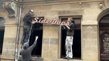 Demontage des Sidedoor-Schriftzuges