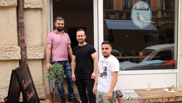 Muhannad, Rami und Barkeeper Ali vor dem neueröffneten Andalieb.