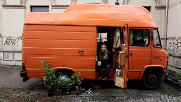 Teresa ist glückliche Besitzerin und Bewohnerin ihres Busses Emma.