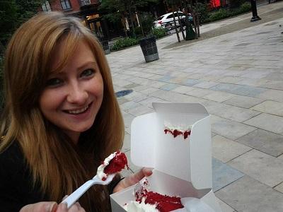 Never Ending Honeymoon | Jacqui Travels eats Magnolia Bakery red velvet cake, NYC