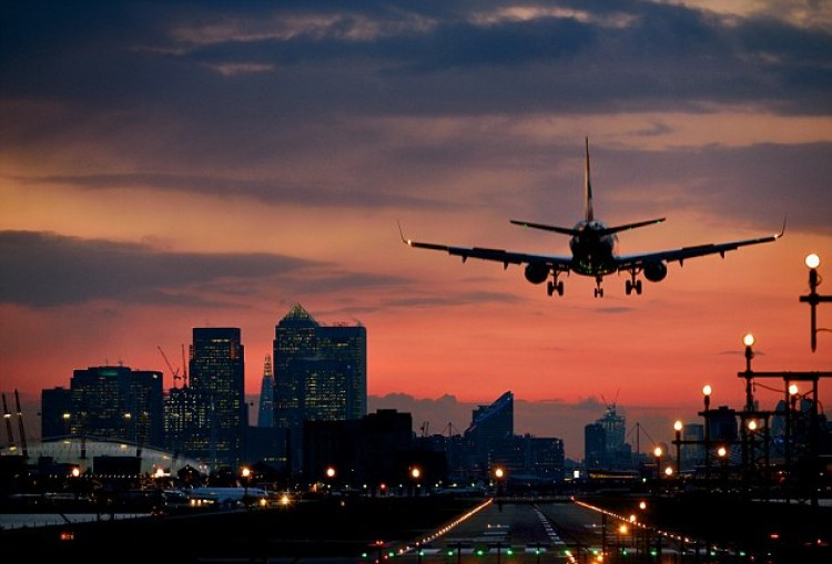 Passanger-Plane-Over-London-Wallpapers