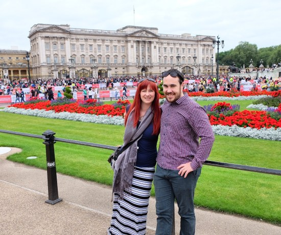 Never Ending Honeymoon: Jacqui and Dan at Buckingham Palace in London