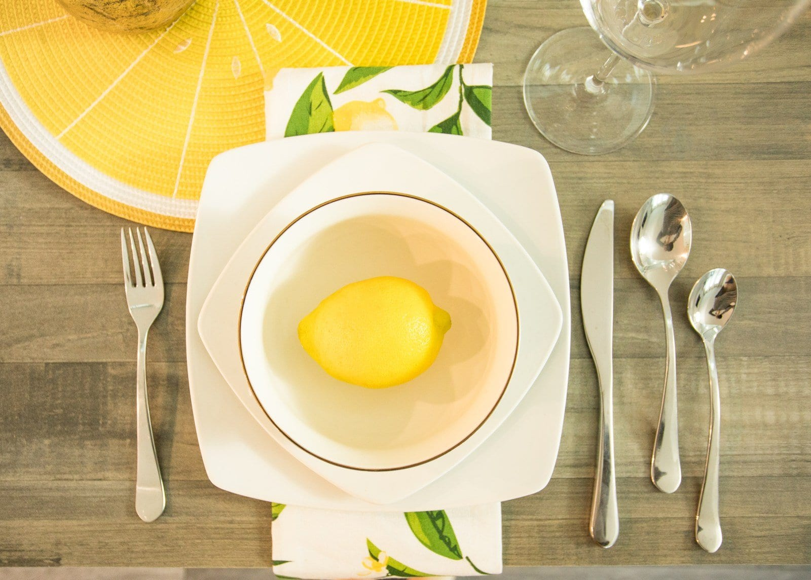 This tablescape checklist will give you tablescapes ideas for how to create dinner party table settings  | never skip brunch by cara newhart #home #decor #neverskipbrunch