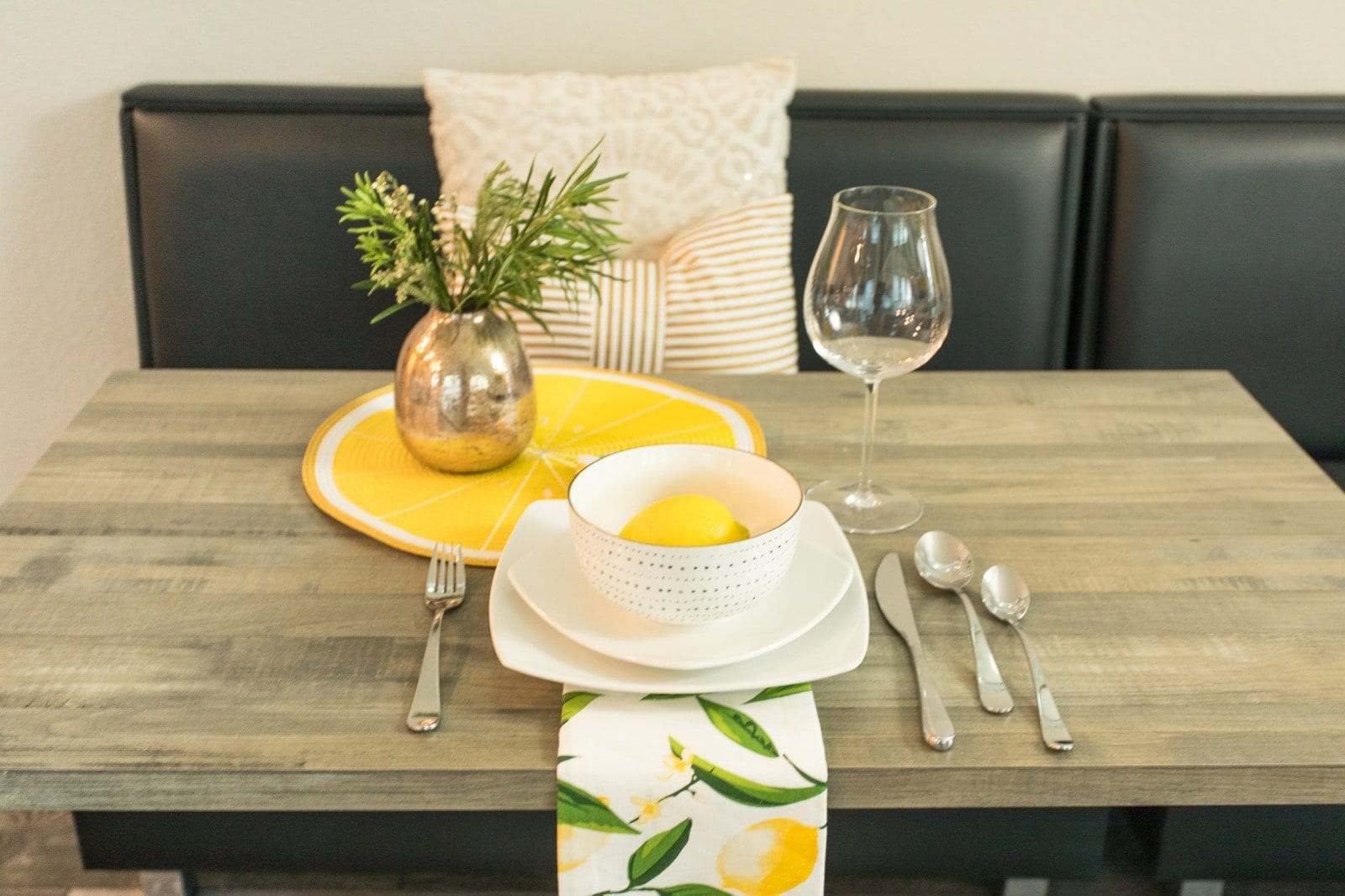 This tablescape checklist will give you tablescapes ideas for how to create dinner party table settings | neverskipbrunch.com #neverskipbrunch #decor