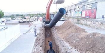 Mustafa Parmaksız Caddesinde yağmur suyu drenaj hattı oluşturuyor.