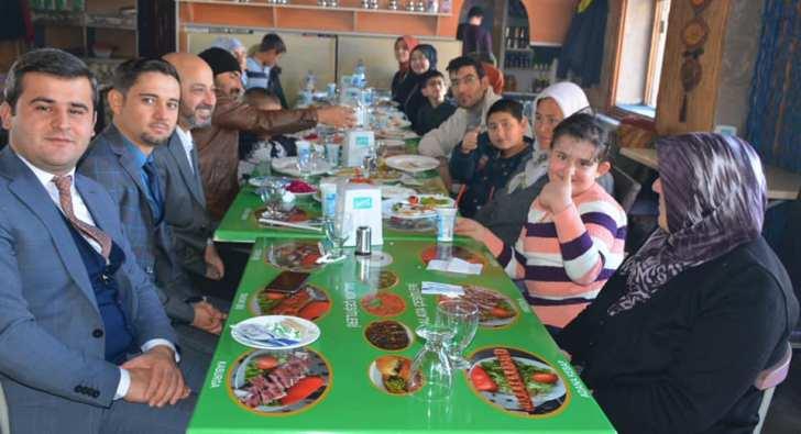 Derinkuyu Kaymakamı Özel İnsanlar ve aileleriyle yemekte bir araya geldi