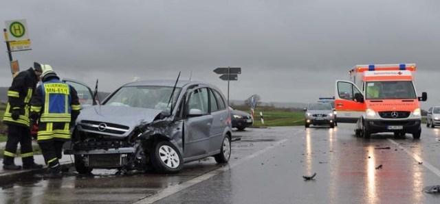 11-04-2012 verkehrsunfall b16 nassenbeuren feuerwehr-mindelheim new-facts-eu
