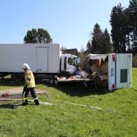02-04-2014_lindau_oberreitnau_lkw_pkw_wohnwagen_unfall_schwerverletzte_groll_new-facts-eu20140402_0009