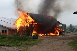 Biessenhofen - Brand einer Maschinenhalle auf landwirtschaftlichen Anwesen