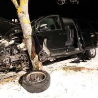 B17-Buching - Ein Toter, ein Schwer- und drei Leichtverletzte nach Verkehrsunfall - Pkw gegen Baum