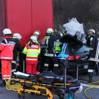 A7-Allgäuer Tor - Pkw rast in Heck eines Sattelzuges - Fahrer schwerst verletzt