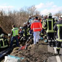 11-02-2014_b12-Altdorf_geisenried_sieben-schwerverletzte_feuerwehr_lkw_pkw_poeppel__bringezu_new-facts-eu20140211_0001