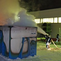 14-02-2014_guenzburg_ellzee_containerbrand_flammen_giftstoffe_feuerwehr_messungen_foto-weiss_new-facts-eu20140214_0004