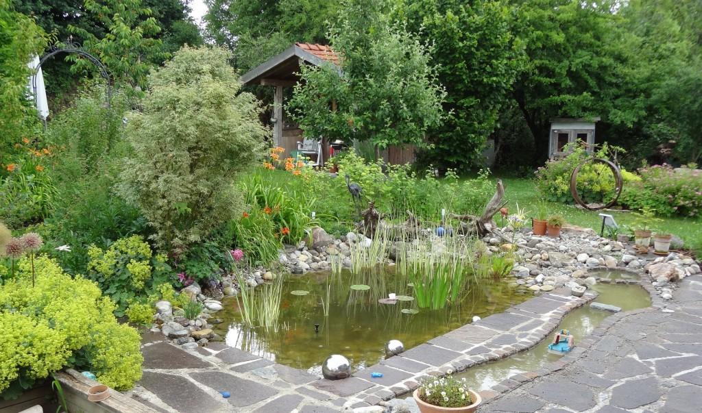 Neben einem Teich sind im Garten von Daniela Bernhard aus Heimertingen unter anderem Sträucher, Rosen, Stauden und Gräser zu sehen. Der Garten ist einer von mehreren Grünanlagen, die beim Tag der offenen Gartentür besichtigt werden können.  Foto: Markus Orf/Landratsamt Unterallgäu