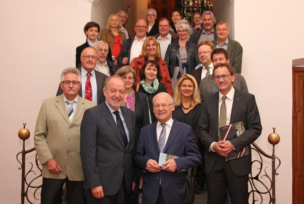 Die Teilnehmer der Fachtagung aus Baden-Württemberg, Bayern, Österreich, Südtirol und der Schweiz mit Oberbürgermeister Dr. Ivo Holzinger (vorne Mitte) im Memminger Rathaus.
