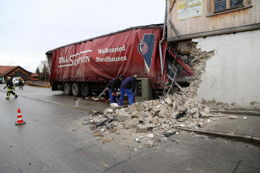 02.12.2014 LKW-in-Haus-Totalschaden-Fahrer-tot-Feuerwehr-Polizei- Rettungsdienst-Halblech-Vollsperrung-Bringezu-New-facts (97)