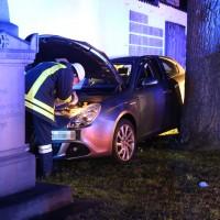 27-03-15_BY_Memmingen-Steinheim_Unfall_Pkw_Freidhof_Baum_Feuerwehr_Poeppel_new-facts-eu0016