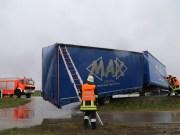 02-04-15_BY_Memmingen-Steinheim_Windboe_Lkw_Feuerwehr-Sperrung_Poeppel_new-facts-eu0005