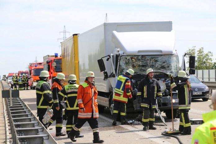 04-08-2015_A96_Memmingen_Stau_Lkw-Unfall_Feuerwehr_Poeppel_new-facts-eu0007
