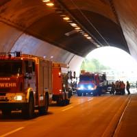 18-08-2015_A96_Kohlbergtunnel_Stetten_Erkheim_Lkw-Unfall_Vollsperrung_Feuerwehr_Poeppel_new-facts-eu0003