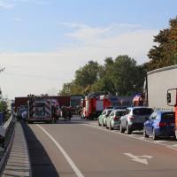 02-10-2015_B312_a7-Berkheim_Lkw-Unfall-drei-Sattelzuege_pkw_feuerwehr_Poeppel0001