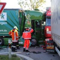 02-10-2015_B312_a7-Berkheim_Lkw-Unfall-drei-Sattelzuege_pkw_feuerwehr_Poeppel0007