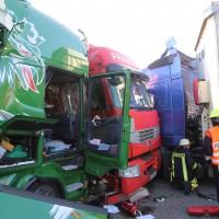 02-10-2015_B312_a7-Berkheim_Lkw-Unfall-drei-Sattelzuege_pkw_feuerwehr_Poeppel0010