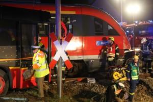 2015_BY_Unterallgaeu_Breitenbrunn_Unfall_Regionalzug_Linienbus_Feuerwehr_Poeppel_new-facts-eu0030