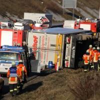02-12-2015_A96_Kisslegg_Lkw-Unfall_Feuerwehr_Poeppel_new-facts-eu0007