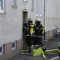 26-02-2016_BY_Memmingen, Wohnungsbrand_Mehrfamilienhaus-Feuerwehr_Polizei_Festnahme_Poeppell_new-facts-eu003