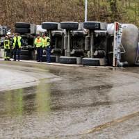 02-04-2016_Ravensburg_Hinstobel_Guelle-Lkw_Unfall_Feuerwehr_Bergung20160402_0027