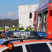 06-04-2016_A96_Holzguenz_Lkw_Pkw_schwerer-Unfall_Feuerwehr_Poeppel20160406_0006