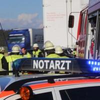 06-04-2016_A96_Holzguenz_Lkw_Pkw_schwerer-Unfall_Feuerwehr_Poeppel20160406_0059