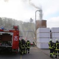 19-04-2016_Biberach_Gutenzell_Brand_Silo_Saegemehl_Feuerwehr_Poeppel20160419_0139