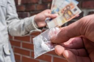 Dealer beim Drogenhandel