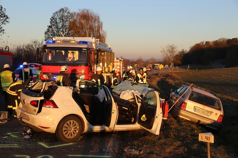 20161129_Biberach_Burgrieden_Bronnen_Frontalzusammenstoss_Feuerwehr_Poeppel_new-facts-eu_022